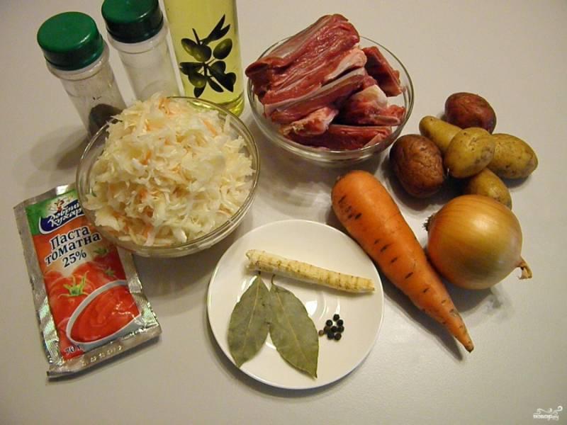 Подготовьте продукты, специи и коренья.