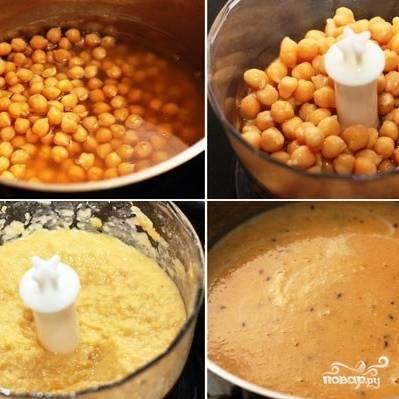Нут с оставшимся бульоном при помощи блендера превращаем в однородный суп-пюре. Солим и смешиваем суп-пюре с бульоном, в котором варятся специи. Солим и доводим до кипения.
