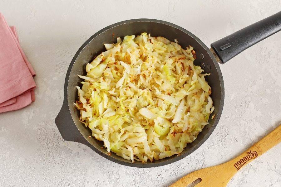 Тушите периодически помешивая до готовности. В конце посолите капусту по вкусу. Если капуста дала много сока, то откиньте ее на дуршлаг или тушите до полного выпаривания жидкости.