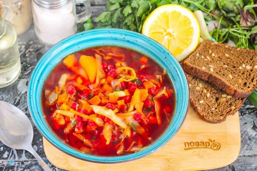 Разлейте суп в глубокие тарелки и подайте к столу с хлебом, несладкой выпечкой и сметаной.