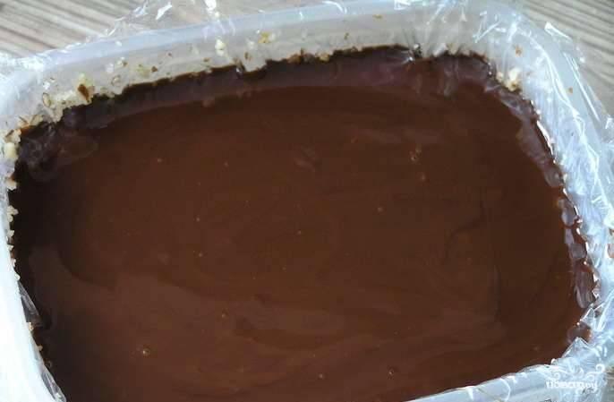 Сверху на орехи вылейте шоколадный крем.