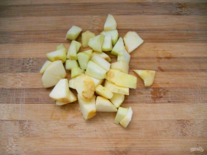 1.Яблоки вымойте, затем очистите от кожуры и разрежьте на 2 части, удалите семена и нарежьте кубиками.