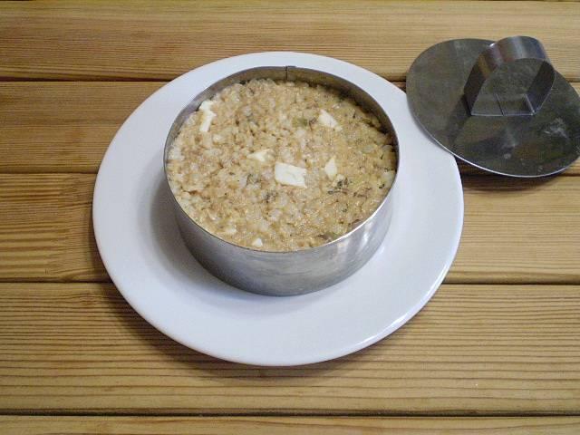 Чтобы красиво оформить салат к столу, используйте сервировочное кольцо. Поставьте его на тарелочку, плотно утрамбуйте салат — и снимите с помощью пресса кольцо.
