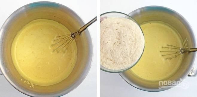 5. Добавьте соль, немного ванильного экстракта, сливочное масло и взбейте до однородности. Выложите в мисочку опару и перемешайте.