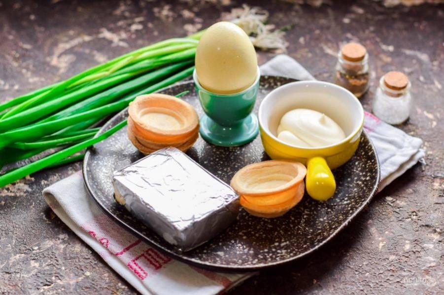 Подготовьте ингредиенты. Яйцо отварите в течение 8-10 минут.