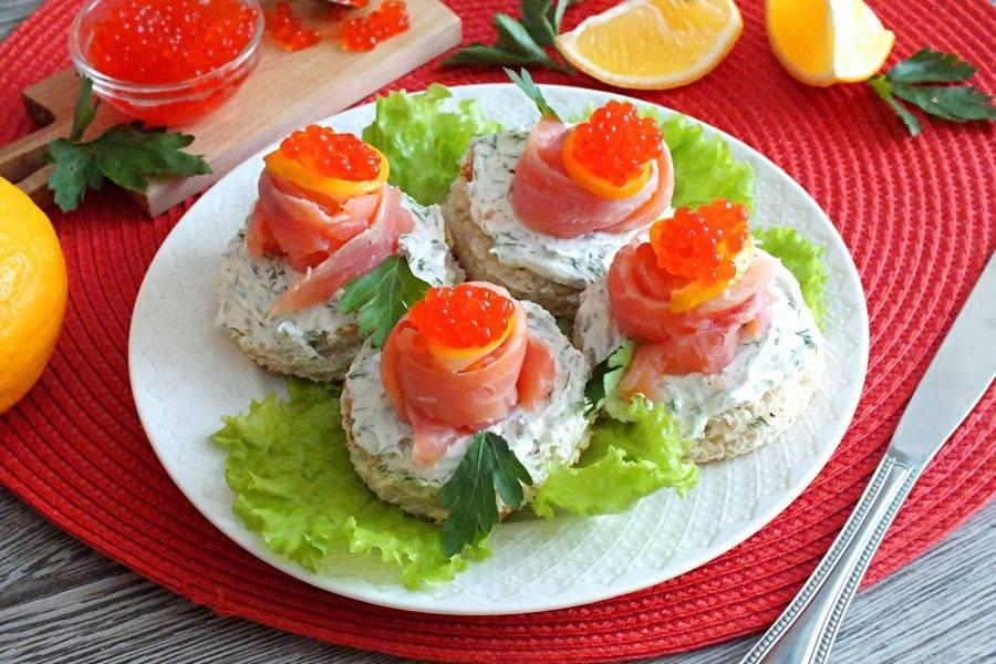 Выложите бутерброды на листья салата и подавайте к столу. Приятного аппетита!