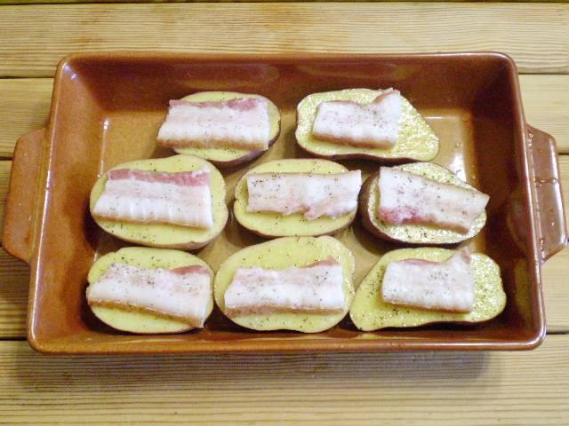 7. Уложите картофель в форму для запекания. Накройте фольгой. И отправляйте на 1 час в духовку, температура 220 градусов.