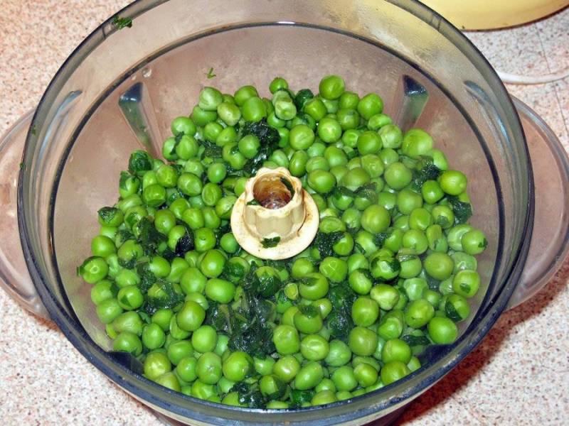 3. Когда ингредиенты сварятся - отправляем их в блендер. Я люблю густой крем-суп, поэтому добавляю гущу, а редкость регулирую сливками.