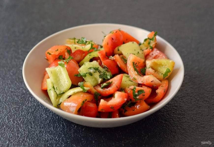 Влейте растительное масло, добавьте сахар, соль и все специи, перемешайте. Оставьте на 1 час минимум, чтобы перцы дали сок.