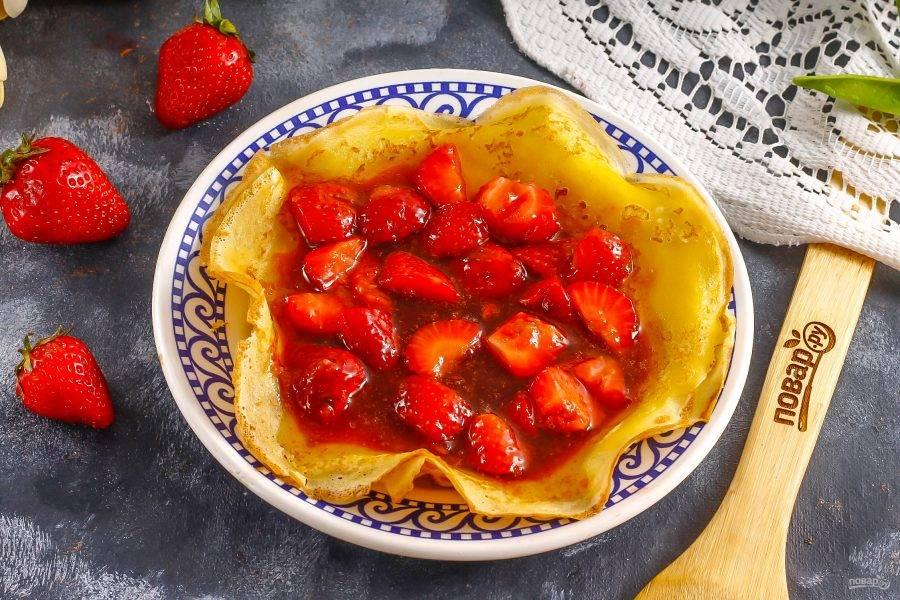 Прогрейте блины в микроволновой печи, чтобы они слегка поднялись по краям либо просто выложите их на тарелку. Вылейте ягодно-карамельную массу в середину.