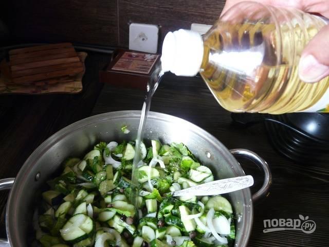 7.Салат успел пустить сок, вливаю к нему растительное масло.