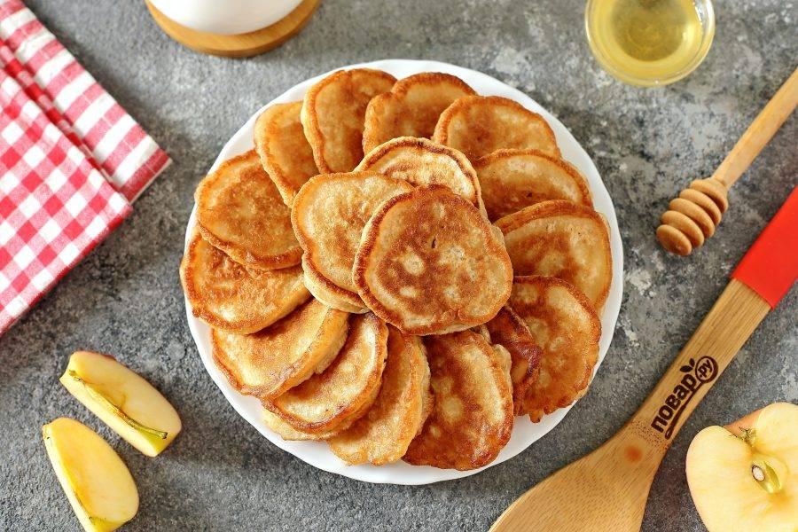 Готовые оладьи на ряженке можно подавать со сметаной, медом или любым другим топпингом. Приятного аппетита!