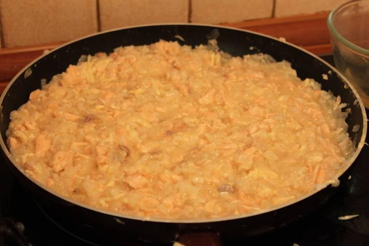 В сковороду вливаем лимонный сок, всыпаем рис и заливаем вином. Как только алкоголь испарится, постепенно вливаем бульон, каждый раз по стакану-полтора, как только предыдущая порция впитывается, добавляем новую. Постоянно помешиваем. Затем добавляем специи и сыр.