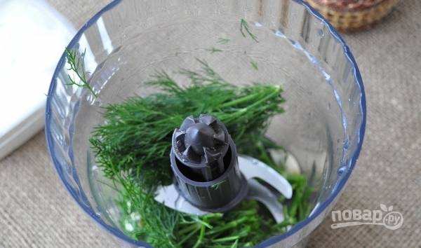 Промытый укроп и очищенный чеснок измельчите в блендере.
