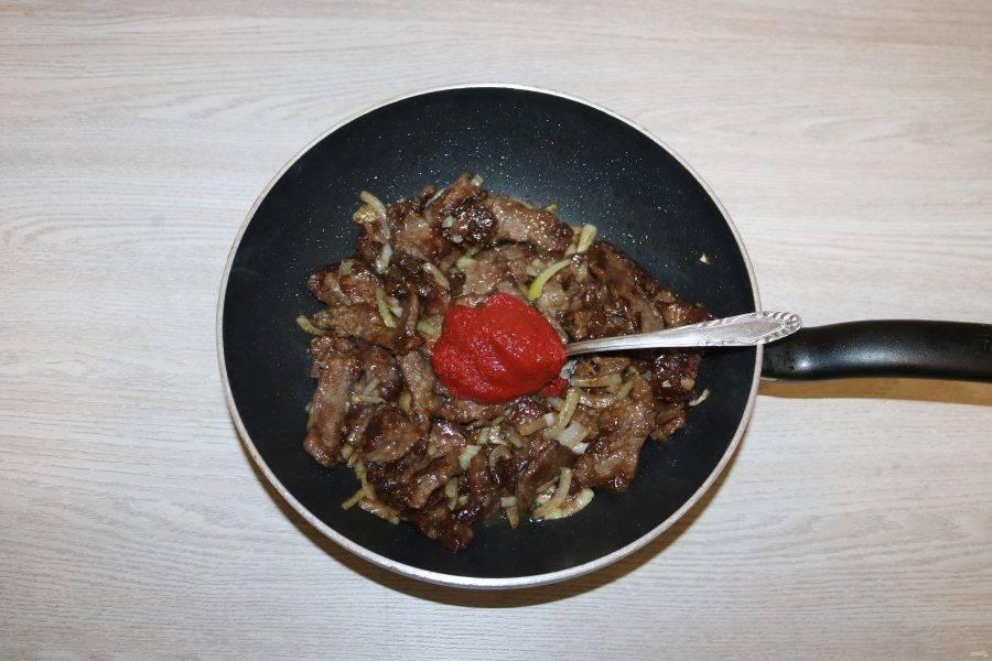 Затем соевый соус и томатную пасту. Хорошо перемешайте, жарьте 2 минуты.