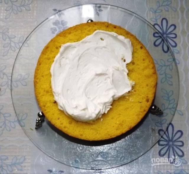 Сметану охладите, затем взбейте со стаканом сахара до получения пышной, однородной белой массы.  Смажьте кремом корж.