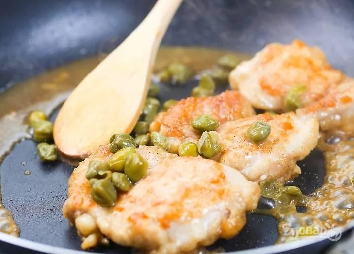 Влейте в сковороду бульон, вскипятите, положите туда курицу и протушите под крышкой минуты 3. Добавьте сок и каперсы, готовьте еще 3 минуты.
