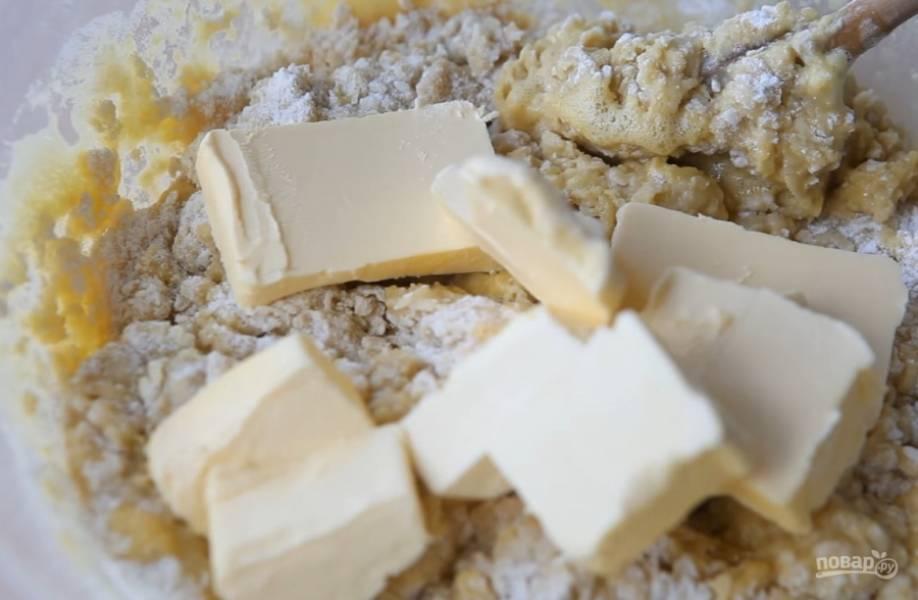 5.Добавьте сливочное масло и замесите тесто. Можете воспользоваться миксером с подходящей насадкой.