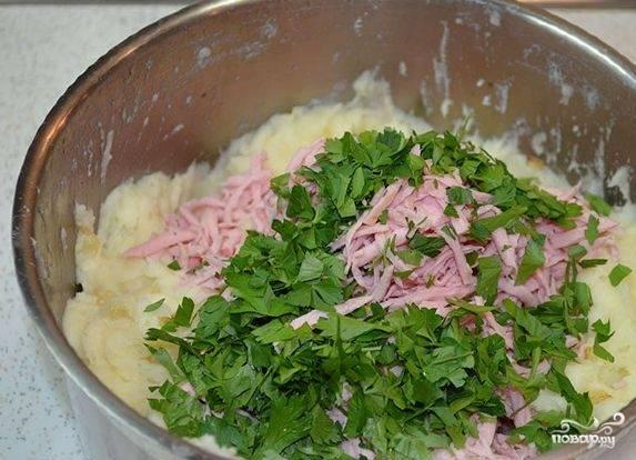 4. Добавляем нарезанную зелень и колбасу, после чего все тщательно перемешиваем.