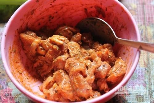 Перемешайте ингредиенты. Оставьте курицу мариноваться на 1 час.