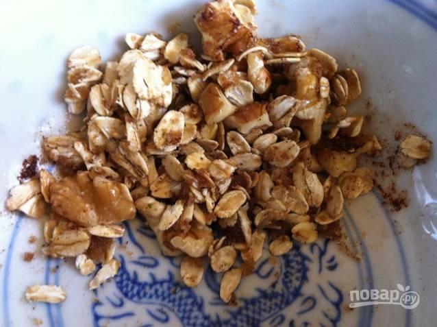 1. Перемешайте вместе корицу, хлопья, нарубленные орехи, сахар и масло.