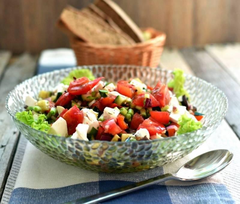 Полейте сверху салат остатками заправки и подавайте со свежим серым хлебом. Приятного аппетита!