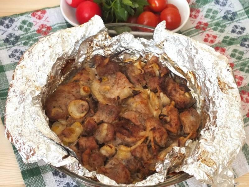 Шашлык готов! Подавайте горячим с овощами и томатным соусом. Приятного аппетита!