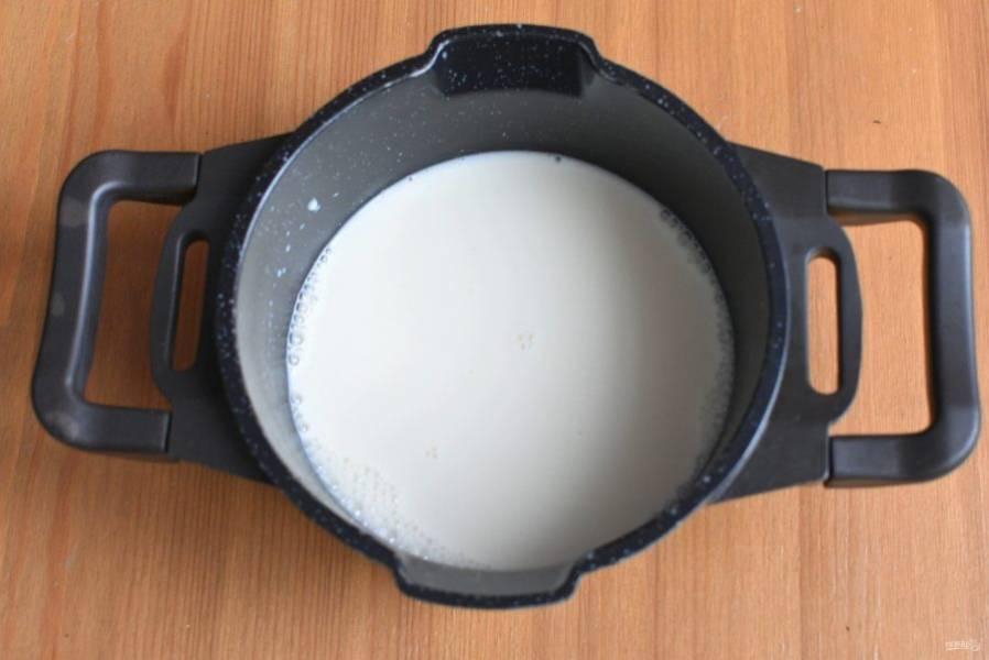 Вторую половину молока доведите  почти до кипения.