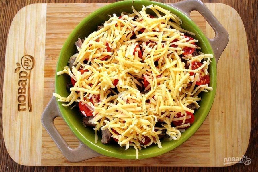 Сверху вылейте подливу с кусочками томленой курицы.  Разместите сверху дольки помидоров, присыпьте тертым сыром. Поставьте запекаться в разогретую до 180 °C духовку на 15 минут (до появления золотистой сырной корочки).