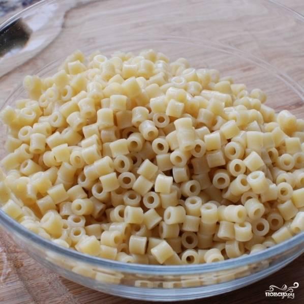 Готовые макароны откидываем на дуршлаг, промываем и отставляем до готовности супа.