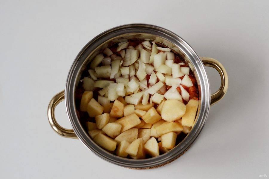 Лук нарежьте кубиками. Яблоки очистите от кожуры, удалите сердцевину и нарежьте кубиками. Переложите в кастрюлю к помидорам и варите 40-45 минут.