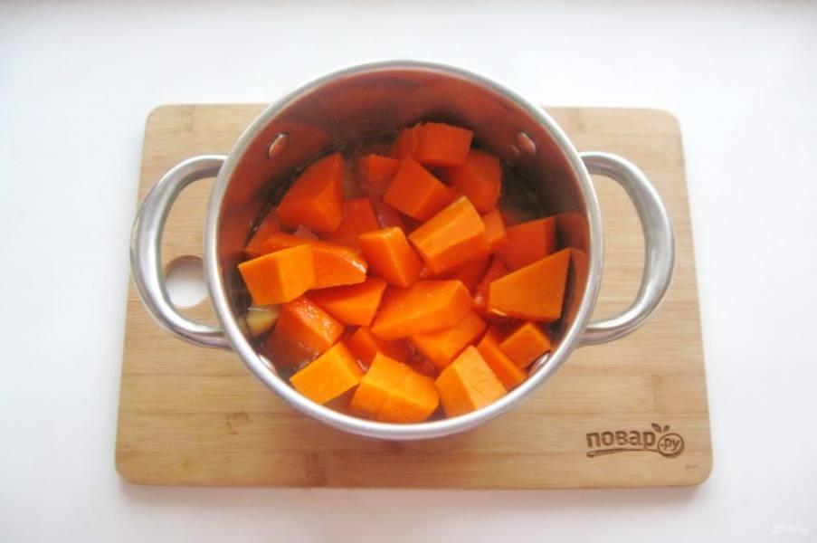 Налейте бульон или воду и поставьте кастрюлю с овощами на плиту.