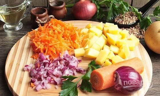 В самом начале курицу с водой доведите до кипения, а в это время картофель нарежьте кубиками, половину моркови натрите, а лук (половинку) мелко нашинкуйте.