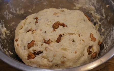 Смешиваем муку с содой, добавляем в миску с полученной массой и замешиваем тесто.