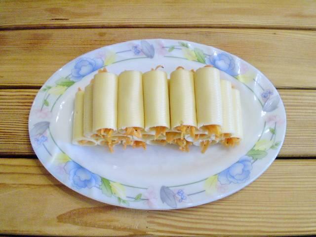 8. Выкладываем закуску горкой, украшаем по вкусу и подаем к столу. Приятного!