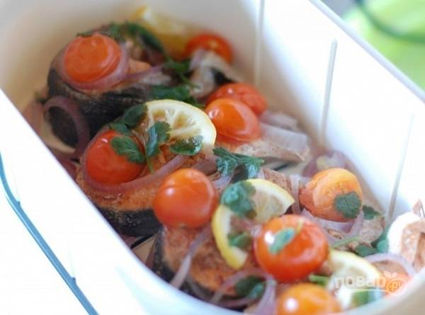 6. Через 20 минут в пароварку добавьте помидорки и зелень. Через 5 минут блюдо будет готово и его можно подавать к столу. Приятного аппетита!