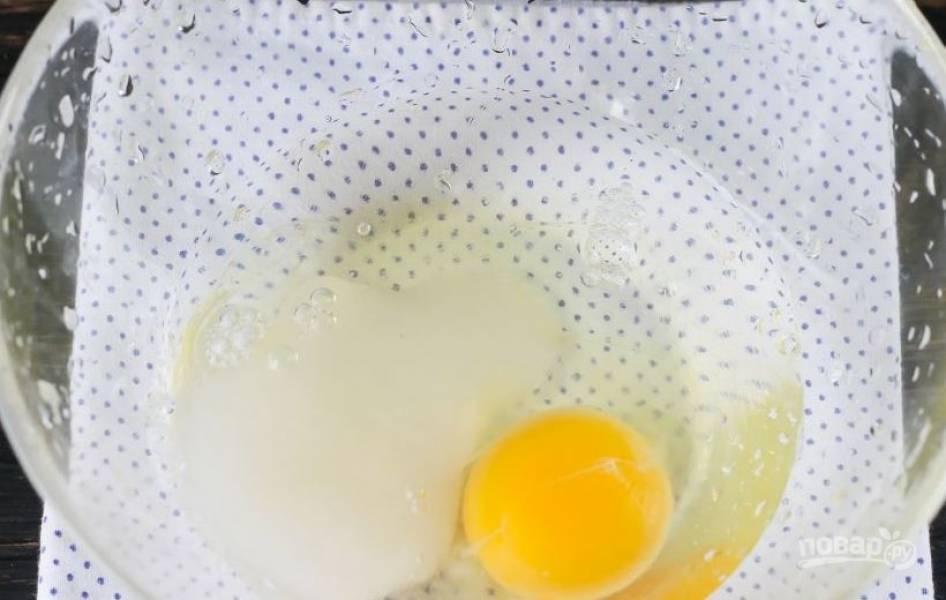 В стеклянную миску вбейте сырое куриное яйцо, добавьте сахар, соль, влейте воду и водку. Все тщательно взбейте венчиком.