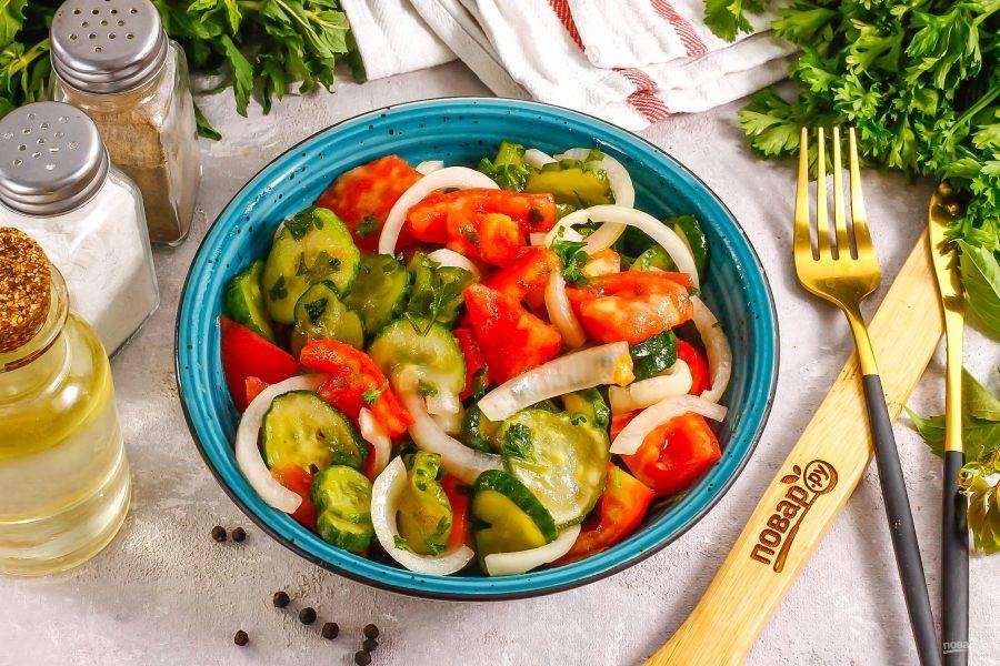 Аккуратно перемешайте все содержимое емкости между собой и подайте салат к столу.