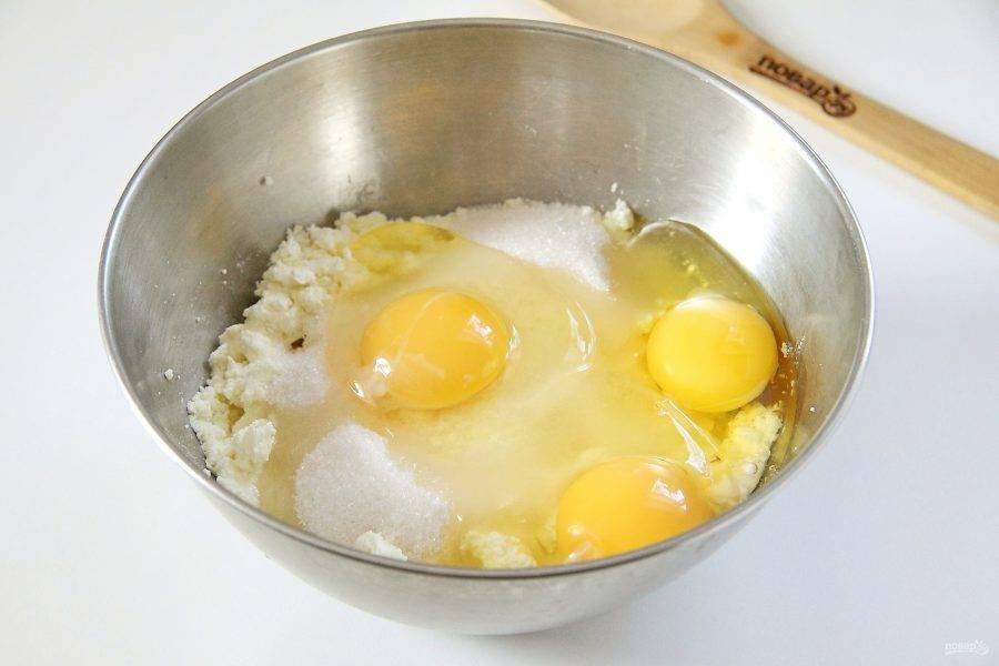 Добавьте к творогу яйца, соль и сахар.