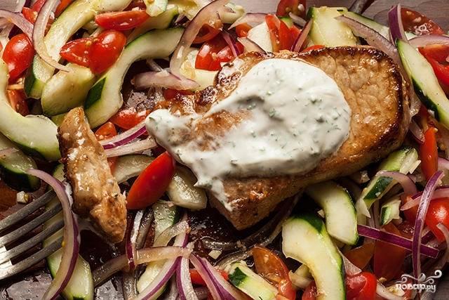 5. Это действительно вкуснейший стейк из свинины, от которого невозможно оторваться. Подавайте к столу с гарниром или овощами, дополнив заранее приготовленным соусом. Приятного аппетита!