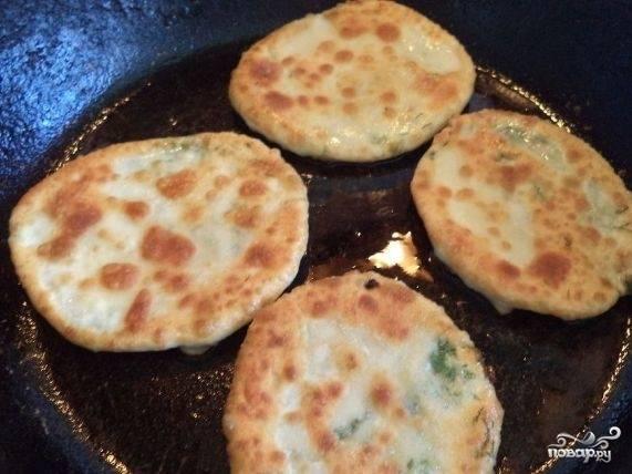 6. В разогретое на сковородке масло выкладывайте лепешки и обжаривайте до появления золотистой корочки. Перевернув на другую сторону, продолжайте жарить в том же режиме.