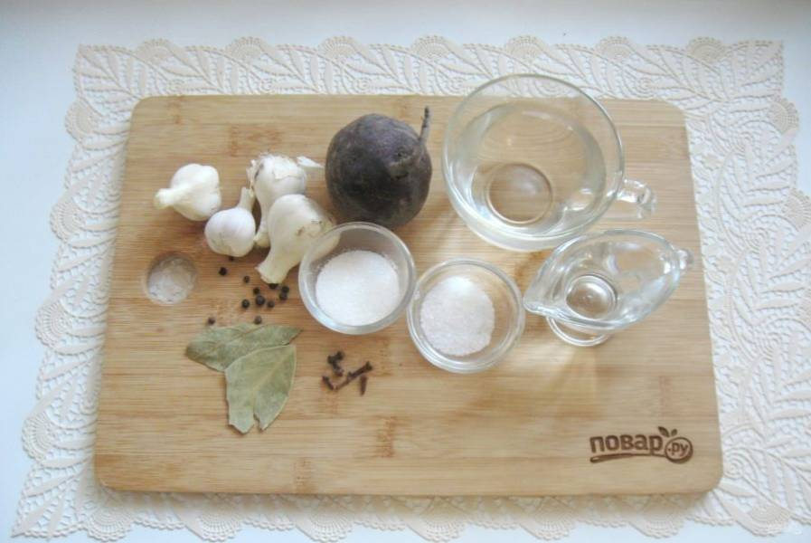 Подготовьте ингредиенты для приготовления чеснока со свеклой.