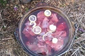 Зайчатину режем кусочками и вымачиваем в холодной воде 40 минут вместе с ломтиками лимона.