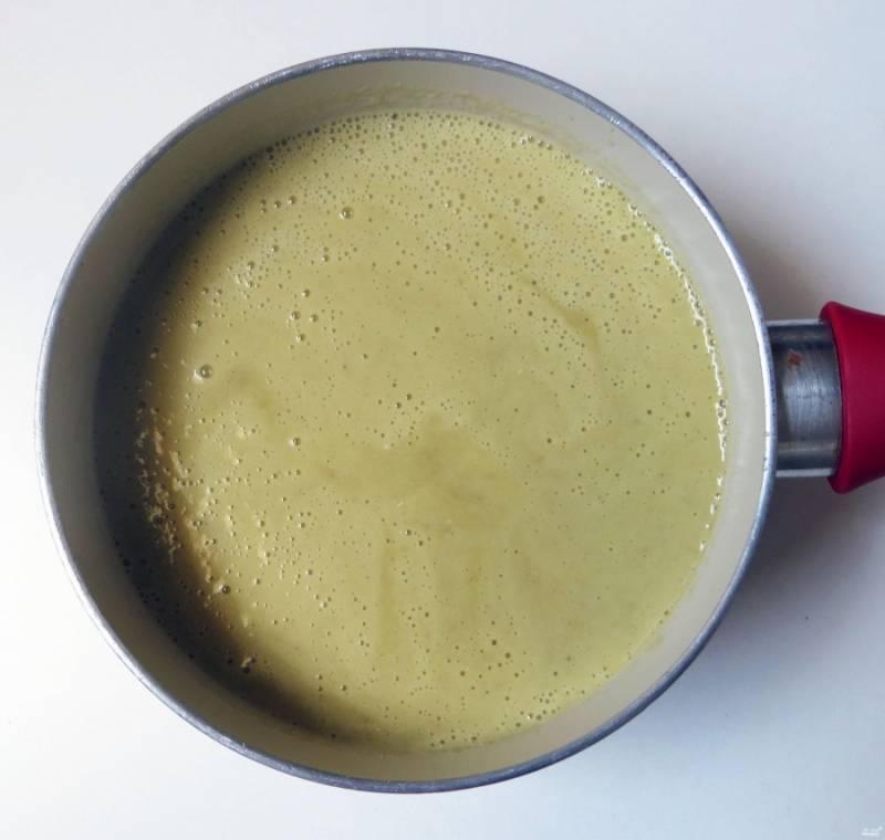 Если суп показался вам слишком густым, добавьте миндальное молоко до нужной консистенции.  Перелейте суп в кастрюлю, прогрейте до закипания. Доведите до вкуса.