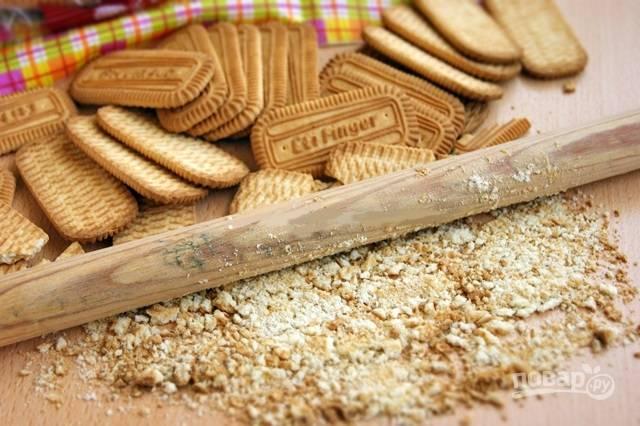 1.Для приготовления конфет нужно обычное (можно самое дешевое) песочное печенье, достаю его из упаковки и скалкой или в блендере измельчаю в крошку.