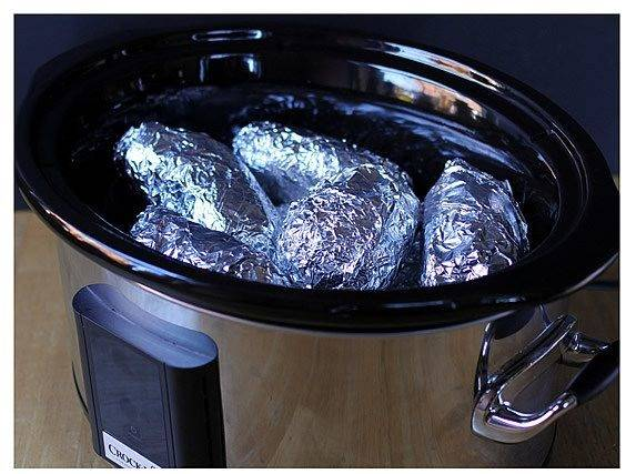 """Ставим режим """"Выпечка"""". Картофель будет запекаться от 30 до 60 минут. Картофель может считаться готовым, когда станет мягким. Для проверки готовности достаточно пару раз ткнуть его пальцем."""