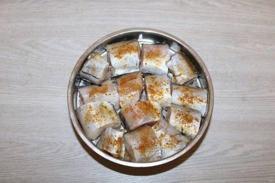 Выложите рыбу в паровой контейнер мультиварки, предварительно смажьте его каплей масла, чтобы рыба не прилипла.