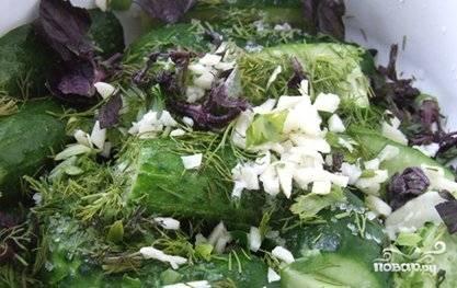 Порезать зелень и чеснок.