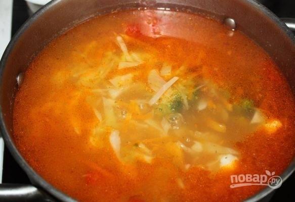 Варите капусту около 20 минут. Потом добавьте в суп зажарку.