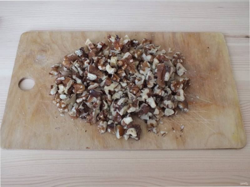 Грецкие орехи нарежьте небольшими кусочками.